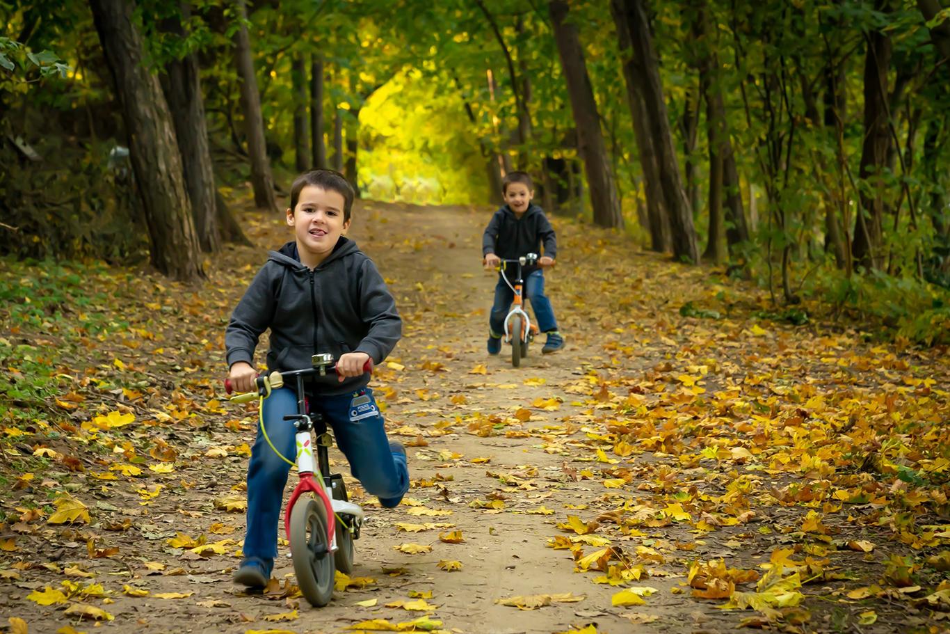 Gyerekek bicikliznek
