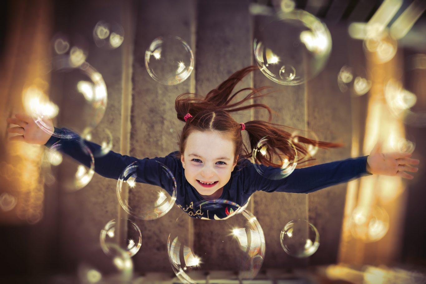 Lány buborékot fúj