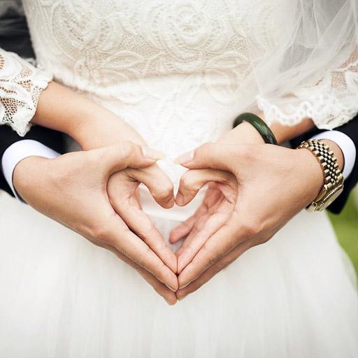 Menyasszony és Vőlegény Keze Szív Alakban