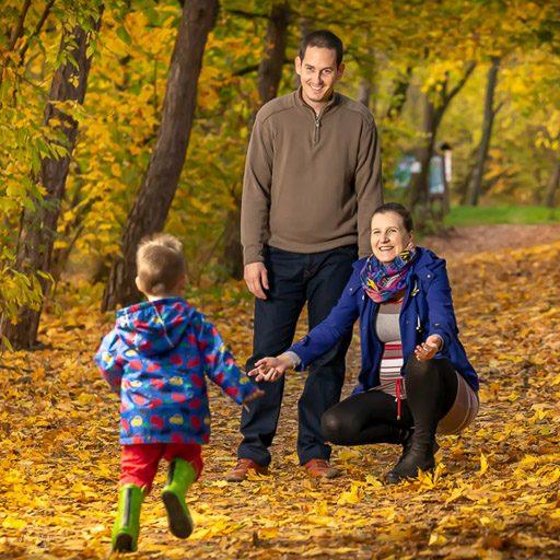 Családi fotózás - kisgyerek a szüleivel