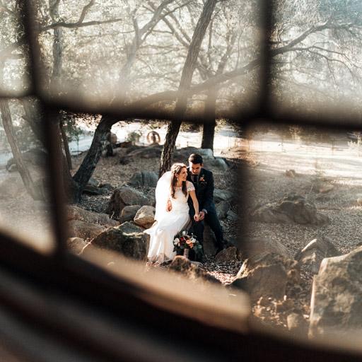 Fiatal Pár Ablakból - Esküvői Fotózás