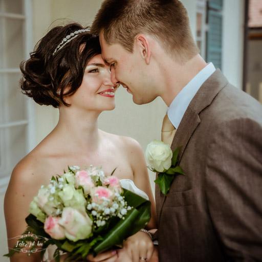 Házaspár Rózsacsokorral - Profi Esküvői Fotós