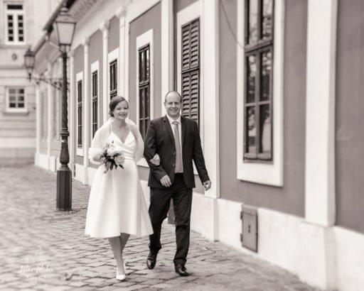 Menyasszony vőlegény sétálnak esküvői kreatív fotózás