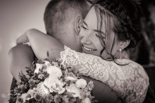 Menyasszony átöleli a vőlegényt - esküvői fotós