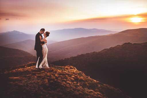 Menyasszony Vőlegény A Hegyen Naplementében - Esküvői Fotózás